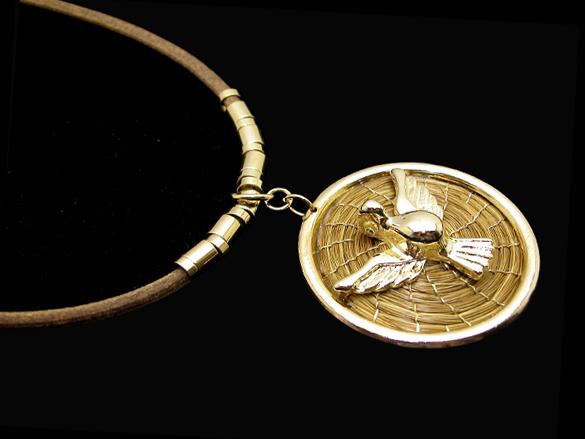 Colar de ave com Capim Dourado e couro sintético