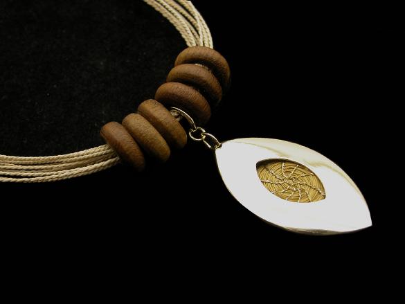 Colar de Buriti com madeira e Capim Dourado